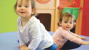 Deux petites filles qui jouent