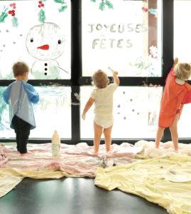 enfant qui peignent sur les vitres